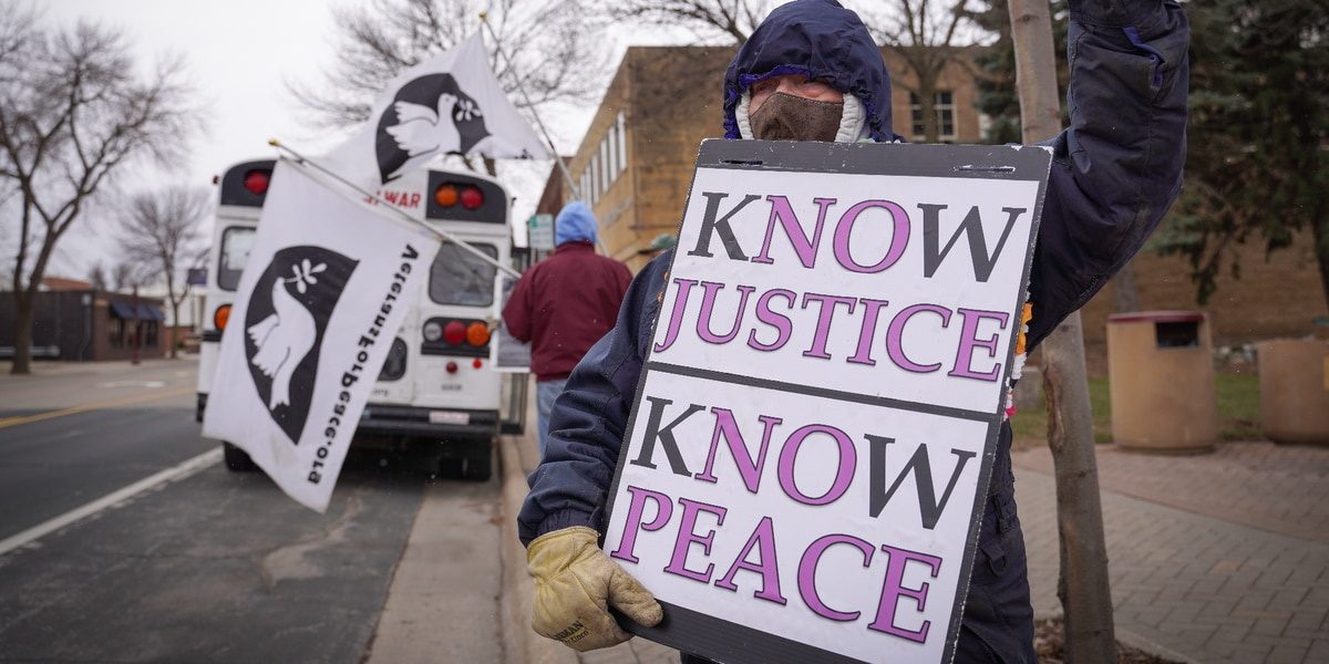 Veterans for Peace holds weekly vigil, joined by Minneapolis chapter