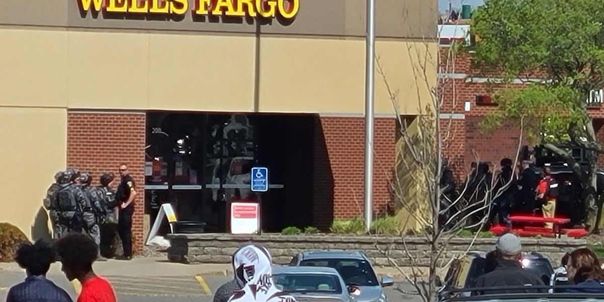 Minnesota police at scene of bank robbery with hostages