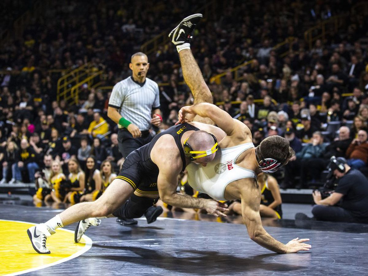 Iowa wrestlers try to defend Big Ten title after long layoff